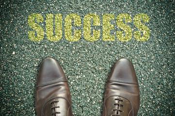 concept pied sur la route et message- success