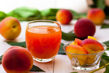 Fresh peach juice and peach slices