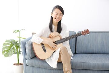 ギター・若い女性