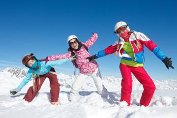 Trois enfants vacances de sport d'hiver
