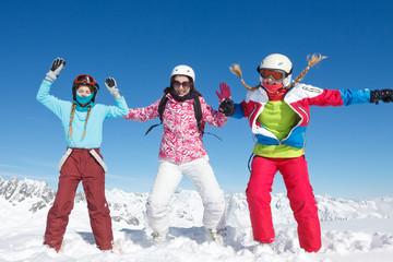Saut de joie groupe sport d'hiver