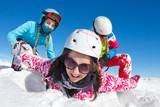 Jeunes jouant dans la neige