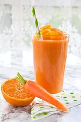 Orangen und Karotten Smoothie