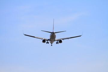 着陸する飛行機(B737)
