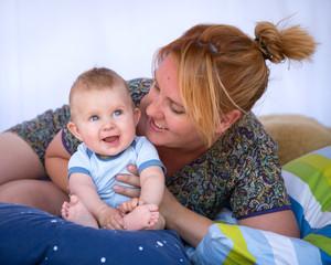 Amour maternel : Jeune maman et son bébé