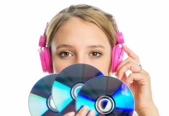 Mädchen mit Kopfhörer hält ein paar CDs