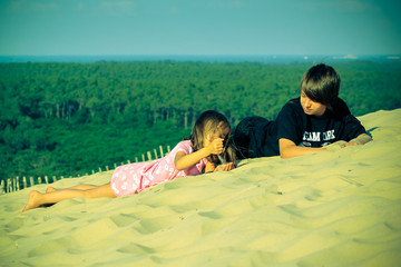 frère et soeur dans le sable