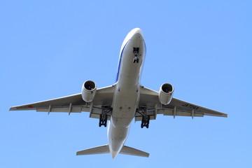 着陸する飛行機(B777)