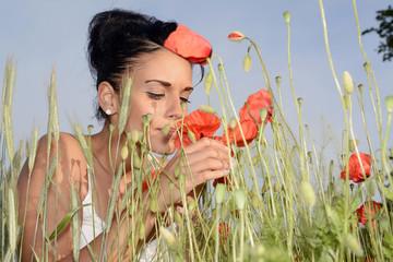 junge Frau mit Mohnblume