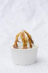 Frozen Joghurt Karamellsauce