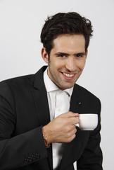 Hombre elegante  tomando una taza de café