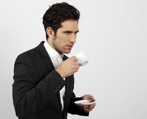 Hombre de negocios joven tomando café