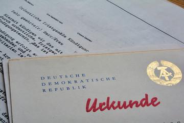 Kündigung und Urkunde in einem Büro