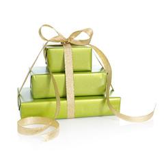 Weihnachtsgeschenke in grün verpackt mit Schleife in Gold