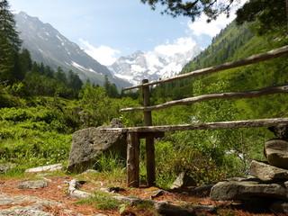 Holzbank am Wanderweg
