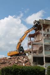 demolition de batiment avec pelleteuse kazy