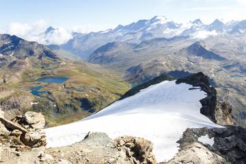 ghiacciaio e laghi in montagna