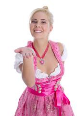 Kusshand: junges bayerisches Mädchen im Dirndlkleid