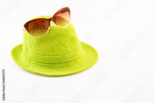 女性用の帽子とサングラス