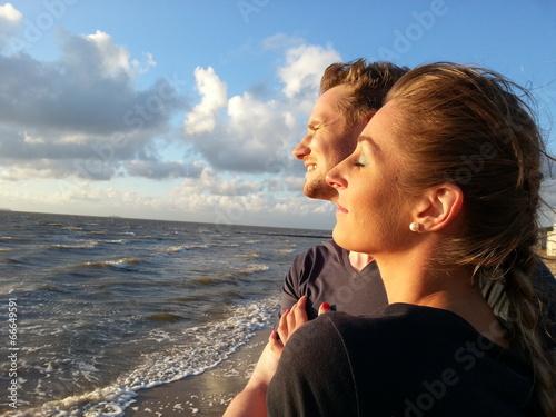 canvas print picture Paar am Strand macht Urlaub