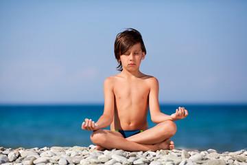 Мальчик на берегу моря медицирует