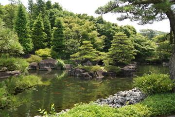 好古園 新緑映す大池