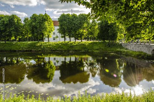 canvas print picture Spiegelung Schloss Ahrensburg mit Baeumen