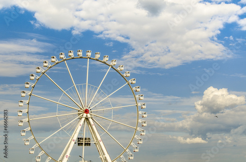 canvas print picture Weisses Riesenrad vor bewoelktem Himmel