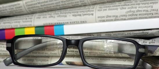 Zeitungen und Lesebrille