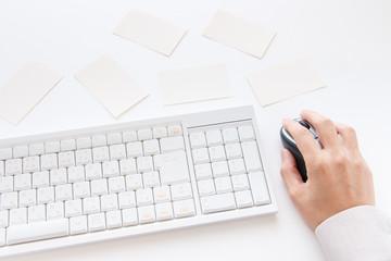 机の上の名刺とキーボード