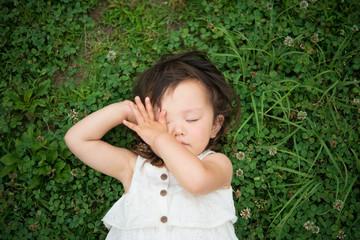芝生に寝転ぶ少女