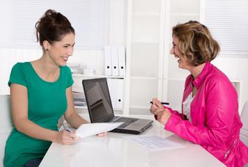 Beratungsgespräch: zwei Frauen - Kunde und Berater