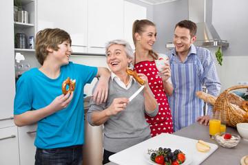 Drei Generationen im Haushalt:  Glückliche Familie in der Küche