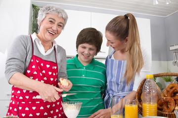 Drei Generationen: Mutter, Tochter, Enkelkind