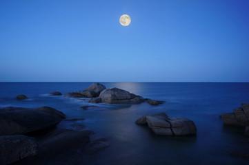 Monduntergang über der bretonischen Küste