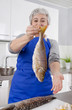 Frischer Fisch: Frau zeigt einen fangfrischen Barsch