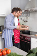 Verliebtes junges Paar kocht gemeinsam in der Küche