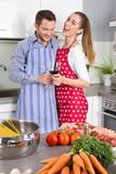 Junges Paar in der Küche kocht italienische Pasta