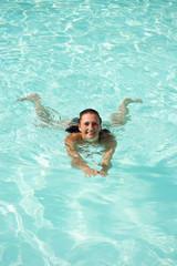 junge Frau schwimmt im Pool