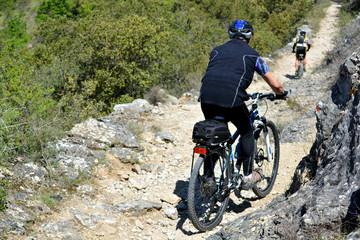 ciclistas en un descenso en un camino de montaña