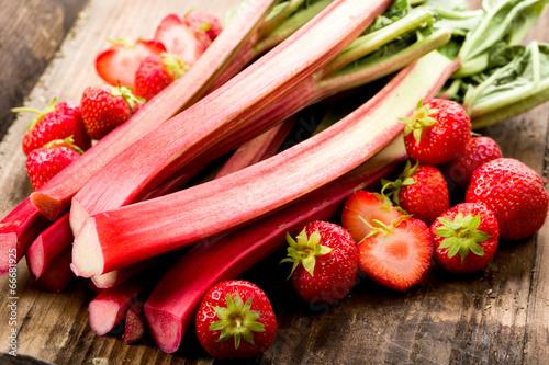 Leinwanddruck Bild Rhababer und Erdbeeren
