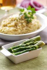 risotto agli asparagi con ingredienti intorno