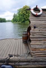 Holzfloss auf dem Wasser