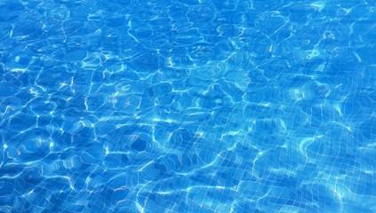 aguas azules y reflejos del sol