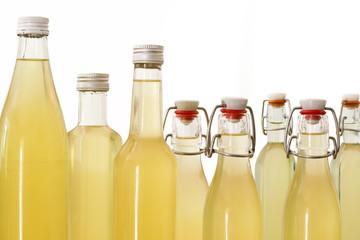 Flaschen mit Holundersirup gefüllt, Nahaufnahme