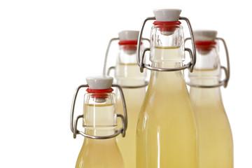 Flaschen mit Holundersirup gefüllt, kleine DOF