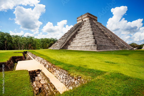 Fotobehang Rudnes Monument of Chichen Itza during summer in Mexico