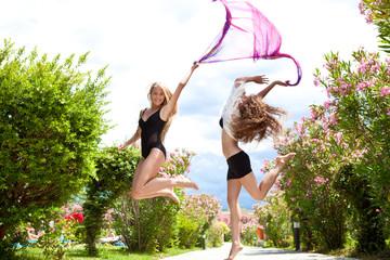 Две красивые девушки в прыжке