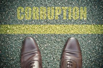 concept pied sur la route et message - corruption
