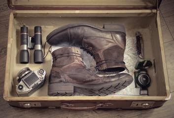 gepackter Koffer mit Reiseausrüstung im Vintage-Look